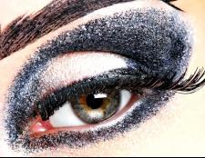 Як фарбувати очі темними тінями