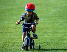 Як навчити дитину кататися на велосипеді