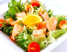 Як приготувати салат з сьомги слабосоленої