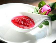 Як приготувати варення з пелюсток троянд