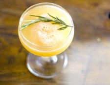 Як зробити персиковий коктейль з розмарином