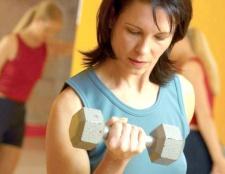 Як накачати м'язи штангою і гантелями
