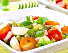 Салат з моцарелою і авокадо